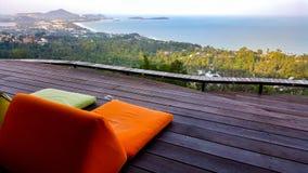 与seaview的橙色和绿色松弛坐垫 图库摄影