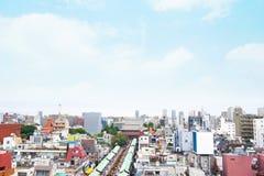 与Sensoji籍寺庙寺庙-浅草区的Anoramic现代市地平线视图在东京,日本 免版税库存照片