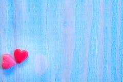与shugar华伦泰心脏的情人节背景在蓝色绘了木桌 减速火箭的过滤器 免版税库存图片