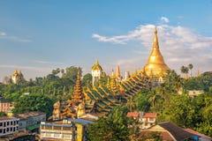 与Shwedagon塔的仰光地平线 库存图片