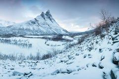 与Signaldalelva河和Otertinden山的美好的风景场面在背景中在挪威北部 r 免版税库存图片
