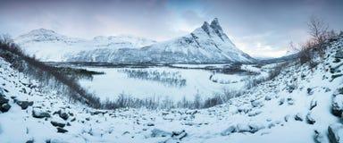 与Signaldalelva河和Otertinden山的美好的风景场面在背景中在挪威北部 r 库存照片