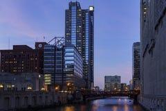 与skyscrappers的夜都市风景 库存照片