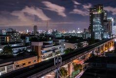 与skytrain的都市风景 免版税库存图片