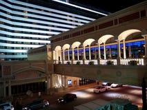 与skywalk的现代豪华旅馆大厦 库存照片