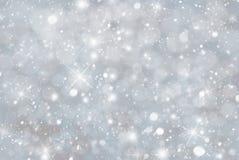 与Snwoflakes、Bokeh和星,蓝色颜色的灰色圣诞节背景 免版税库存照片