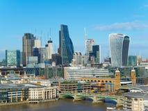 与Southwark泰晤士河的北部银行的桥梁和摩天大楼的伦敦地平线在一个晴天 免版税库存照片