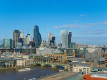 与Southwark泰晤士河的北部银行的桥梁和摩天大楼的伦敦地平线在一个晴天 库存图片