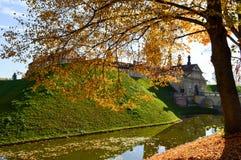 与spiers和塔的老,古老中世纪石头城堡,一条防护护城河围拢的墙壁和砖用水 库存图片
