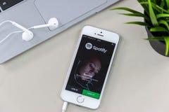 与Spotify App的IPhone SE 库存照片