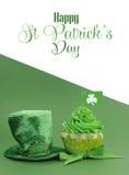与ssample文本-垂直的愉快的St Patricks天绿色杯形蛋糕 库存照片