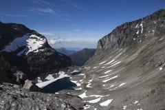 与Stabbeskaret断层块,附近的Trollstigen的谷在挪威 库存照片