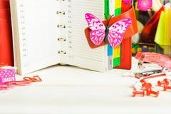 与staionary的桃红色女商人计划概念在白色w 库存照片