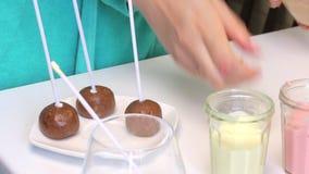 与sticked筷子的饼干球做的流行音乐蛋糕说谎在板材 在桌附近是与结冰的玻璃 影视素材