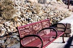 与stoney沙漠山坡的公园长椅 免版税库存照片