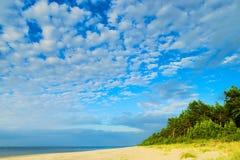 与stratocumulus云彩形成的Cloudscape在波罗的海的海滩 免版税库存图片