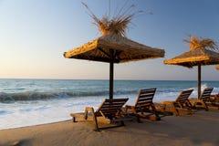 与sunbeds和伞的海运视图 免版税库存图片