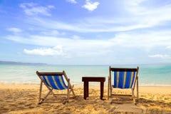 与Sunbeds的张岛海滩 免版税图库摄影
