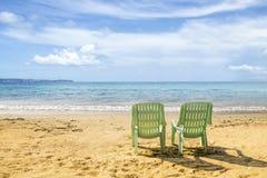 与Sunbeds的张岛海滩 库存图片