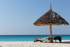 与sunbeds的蓝色海滩 免版税库存照片