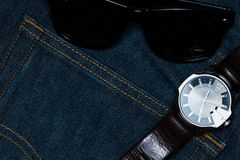 与sunglass和手表的牛仔布斜纹布 库存图片