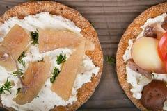 与surstromming和鱼子酱的二个三明治 库存照片