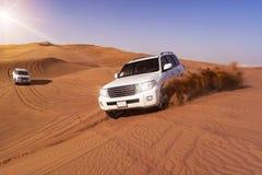 与SUVs的沙漠徒步旅行队 免版税图库摄影