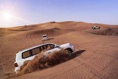 与SUVs的沙漠徒步旅行队 免版税库存图片