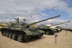 与T-55的俄国做的坦克在前面由在显示的IDF夺取了在Yad LaShiryon装甲的军团博物馆在Latrun 库存照片