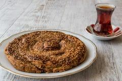 与Tahini和芝麻/Tahinli Corek的土耳其酥皮点心 免版税图库摄影