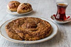 与Tahini和芝麻/Tahinli Corek的土耳其酥皮点心 库存图片