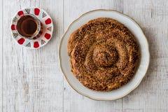与Tahini和芝麻/Tahinli Corek的土耳其酥皮点心 库存照片