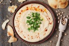 与tahini浆糊的Hummus鲜美传统食物 免版税库存图片