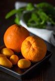 与tangerins的桔子在特写镜头 免版税库存图片