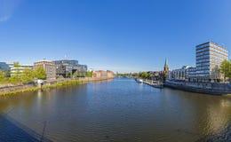 与Teerhof的都市风景在左边和看法对桥梁在riv 库存照片