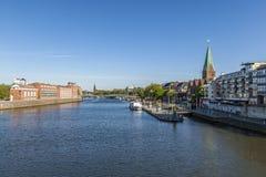 与Teerhof的都市风景在左边在河Weser的 库存照片