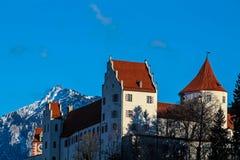 与Tegelberg的菲森高城堡在冬天 库存图片