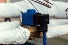 与TEV热调节阀门和传感器的被绝缘的冷却液铜管道 库存图片