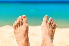 与tha沙子的脚在海滩 免版税图库摄影