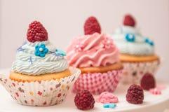 与tonka,杏仁,莓的杯形蛋糕 免版税库存图片