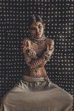 与tradi的美丽的年轻有吸引力的时兴的式样画象 免版税库存照片