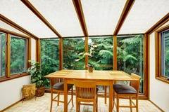 与transparant玻璃墙的美好的饭厅 免版税库存照片