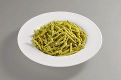 与trofie面团的圆的盘与热那亚人的Pesto 免版税库存图片