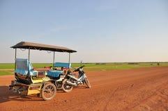与Tuk Tuk汽车的简单的路视图 库存图片