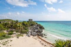 与Tulum玛雅废墟的加勒比海滩背景的- Tulum,墨西哥 免版税库存图片