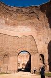与turists的大圆顶废墟在Caracalla反弹-罗马 免版税库存图片
