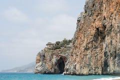 与turqouise海的地中海在岸的海滩和岩石 库存照片