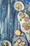 与tzatziki的面包在蓝色木桌上与装饰垂直 库存图片