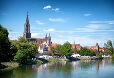与Ulmer芒斯特的河多瑙河和乌尔姆地平线 免版税图库摄影