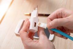 与USB缆绳的白色充电器 免版税图库摄影